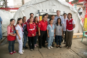 The Norwegian foreign minister Børge Brende and general-secretaries of Norwegian and Philippine Red Cross Åse Havnelid and Richard Gordon pay us a visit. Here togetther with our local nursing staff